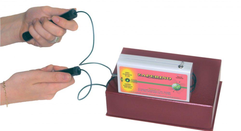 Zaper Zaperino v dlaneh, kjer so zgoščene akupresurne točke
